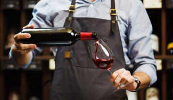 איך למזוג יין כמו סומלייה