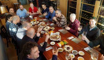 ארוחה קבוצתית מאירוע חברה